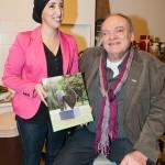 Fatima Elatik ontvangt eerste exemplaar Aart Lamberts Beeldtaal